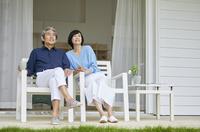 ベランダで寛ぐ日本人中年夫婦