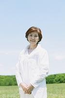 新緑と笑顔の日本人のシニア女性
