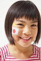 日本国旗のフェイスペイントをしている女の子