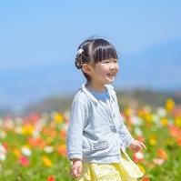 花畑を歩く日本人の女の子