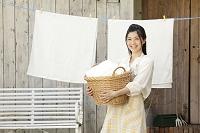 洗濯かごを持つ日本人女性