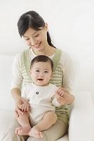 ソファーでくつろぐ赤ちゃんとお母さん