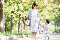 公園を話しながら散歩する日本人親子