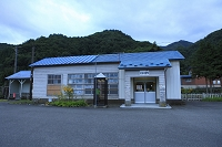 夕暮れの木造駅舎