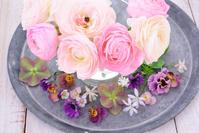 ラナンキュラスと春の草花のフラワーアレンジメント