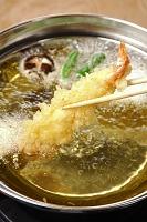 エビの天ぷらを揚げる
