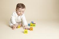 おもちゃを遊ぶ女の子