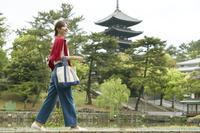 奈良を観光する日本人女性