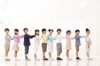 肩を持って並んでいる日本人の子供たち