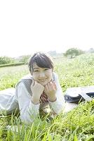 芝生に寝転がる女子高生
