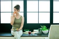 果物を食べる日本人女性