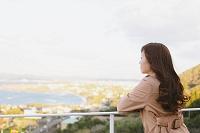 海辺の眺めを楽しむ日本人女性