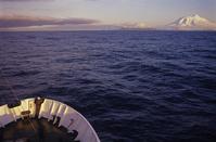 南極海 オーストラリア ハード島 船首と島影