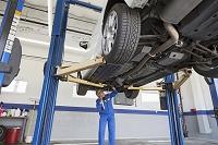 自動車を点検する整備士