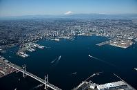 神奈川県 横浜港と横浜市街地より富士山