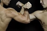 腕組みする筋肉質の男性