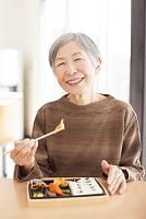 お弁当を食べるおばあちゃん