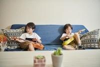 ウクレレで遊ぶ日本人の双子