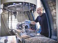 工場で働く外国人男性
