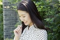 下を向いて微笑む20代日本人女性