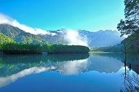 長野県 朝の大正池と穂高連峰