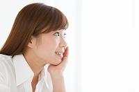 ほおづえをついている笑顔の日本人女性