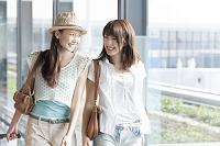 空港を歩く日本人女性達