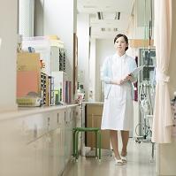 診察室の通路を歩く看護師