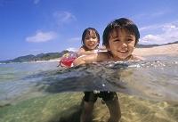 海水浴を楽しむ日本人の子供達