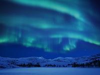 スウェーデン 雪山の上のオーロラ