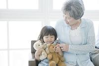 孫娘と座るシニアの日本人女性