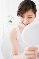 鏡を見る笑顔の日本人女性