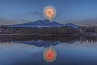 新潟県 いもり池に映る艸原祭の花火と妙高山のリフレクション