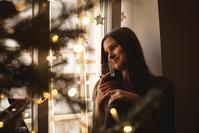 クリスマスを過ごす女性