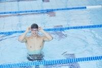 笑顔の男子水泳選手