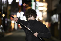 刀を取り出す忍者姿の男性