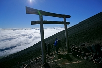 山梨県/静岡県 富士山・八合目の鳥居と雲海と登山者