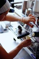 ノルウェー コーヒーを作るバリスタ