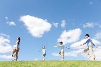 笑顔で歩いている日本人家族