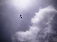 雲間から現れたジェット機