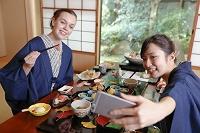 会席料理を楽しむ外国人女性と日本人女性