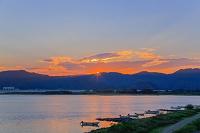 高知県 ボート停泊する仁淀川夕景
