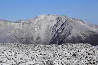 山梨県 北岳山荘から望む冠雪した仙丈ヶ岳