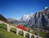 スイス アルプスの赤いケーブルカー