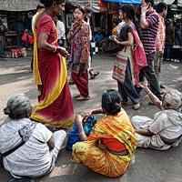 インド コルカタ 路上に座る女性