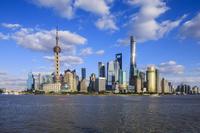 中国 上海 黄浦江沿いに立つ高層ビル群