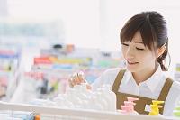 コンビニで働く日本人女性