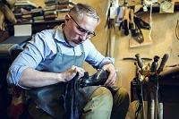 靴を磨く職人