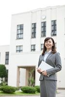 タブレットを持つ日本人女性教師