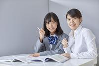 ガッツポーズをする先生と女子中学生